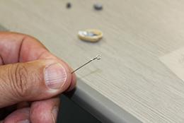 軸となるアイを針金で作る