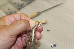 ピスタチオの殻の内側に針金を合わせる